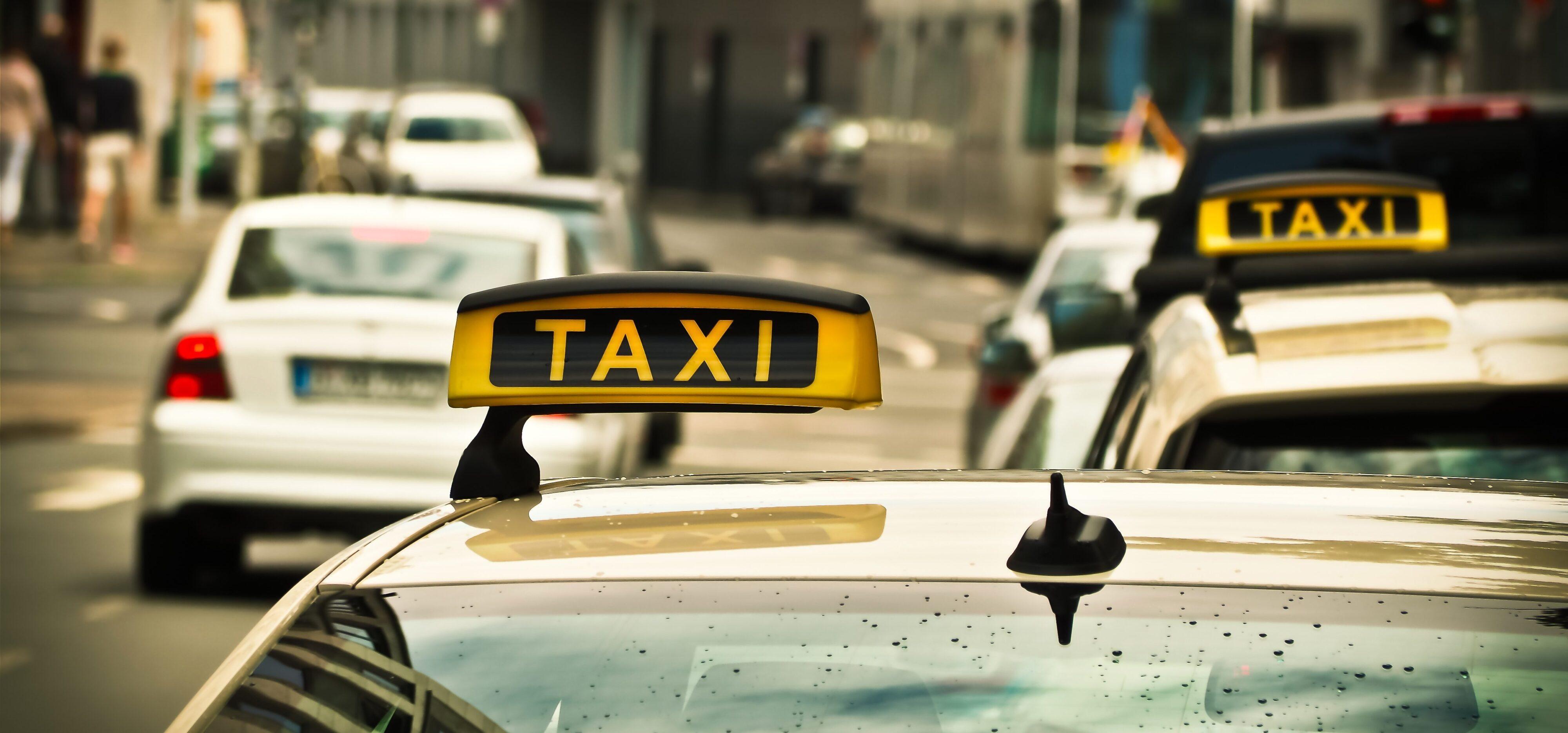 midia indoor em táxis